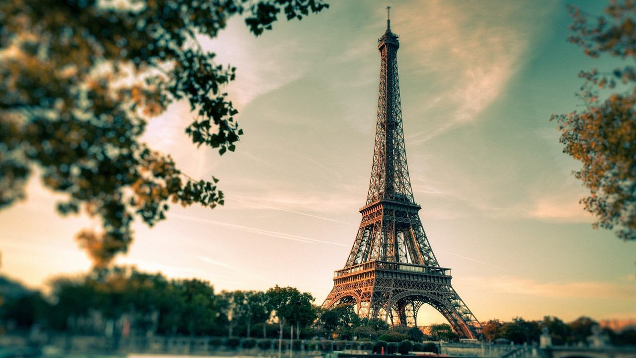 Eiffelova věž je francouzskou dominantou.